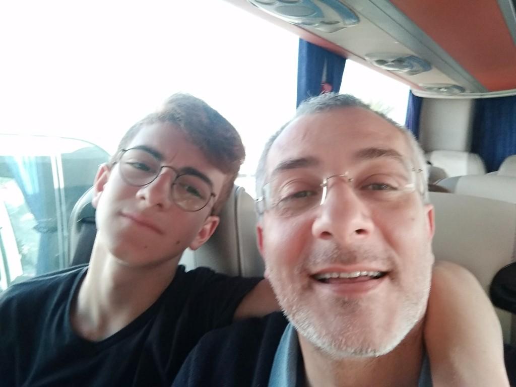 Nicola con suo figlio Matteo durante un viaggio in pullman