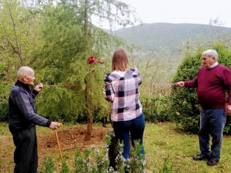 Elena ha inaugurato i suoi trent'anni piantando un albero con il nonno Bertino e lo zio Ghino