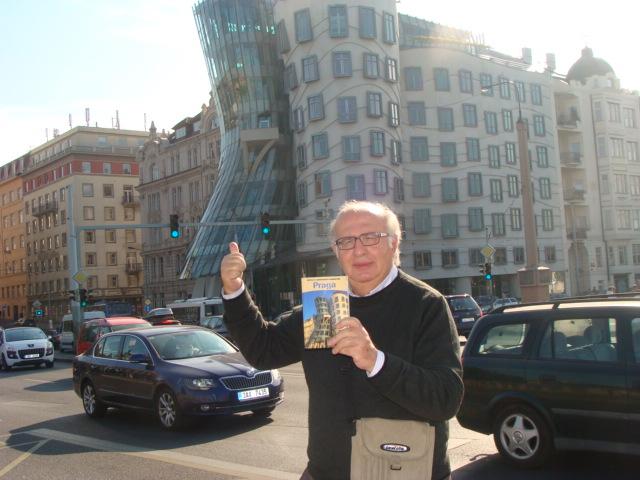 Tino a Praga davanti alla Casa danzante progettato da Vlado Miluni? in collaborazione con Frank Gehry