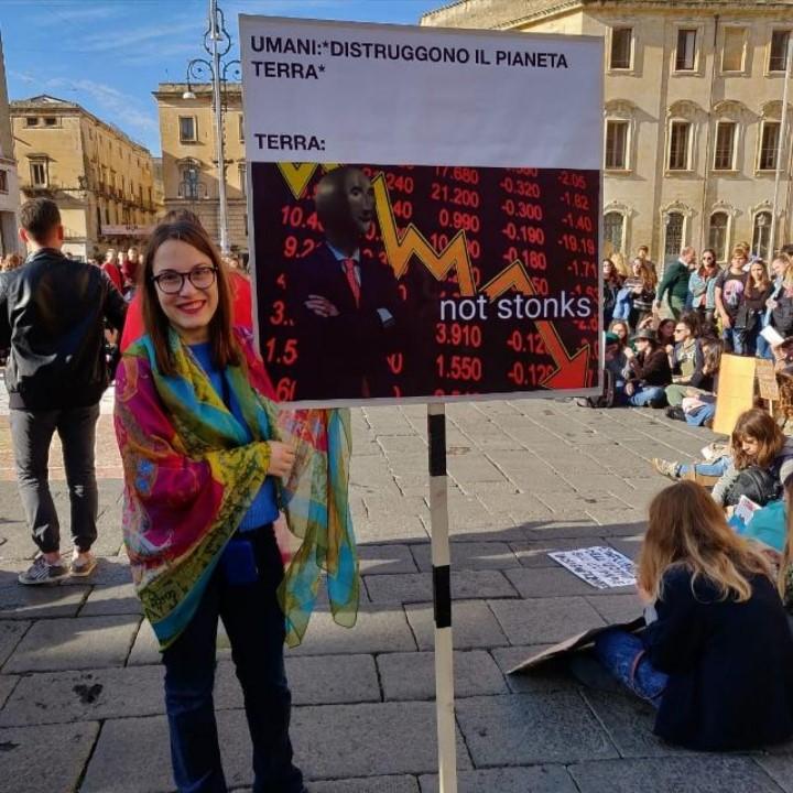 Alessandra a una manifestazione, lotta per il riciclaggio degli smartphone