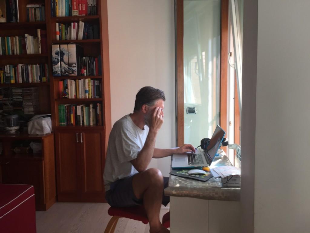 Carlo lavora in un giornale e da mesi è in smartworking