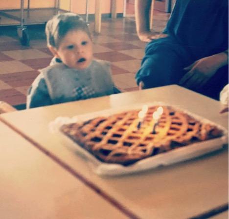 Giacomo, il fratello di Giulia, a un compleanno di tanti anni fa