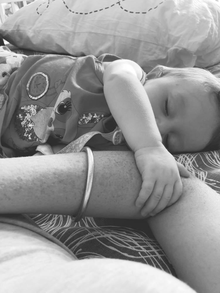 Melissa dorme tranquilla tenendo il braccio di sua madre Selene