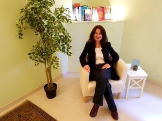 Rita Greta nel suo studio di Milano, si occupa di relazioni fra genitori e figli