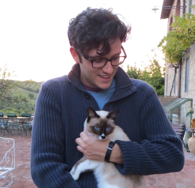 Emiliano con il suo amatissimo gatto siamese