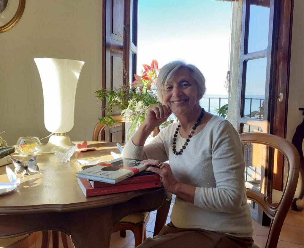L'attuale aspirazione di Nada, qui nel salotto di casa sua a Paola, è il giornalismo
