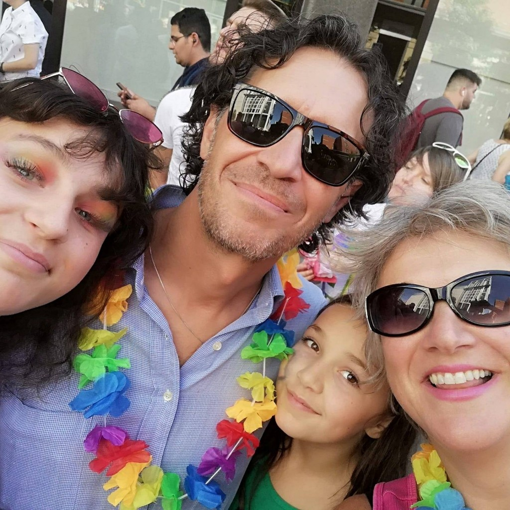 Stefano con la moglie Vicky e le figlie Francesca e Giulia