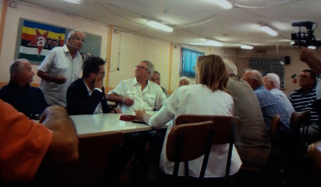 Un fermo immagine della puntata di FuoriRoma dedicato a Cascina, l'incontro con i militanti del Pd
