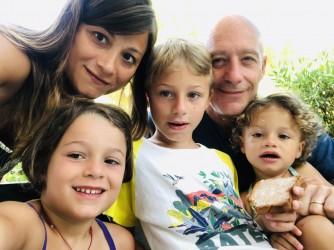 Gilda con i figli Vincenzo di 8 anni, Licia di 6 anni, la piccolina Bea di 2 e il marito Romolo