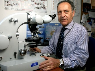 Lucio al microscopio nel laboratorio della Muhimbili University of Health and Allied Sciences