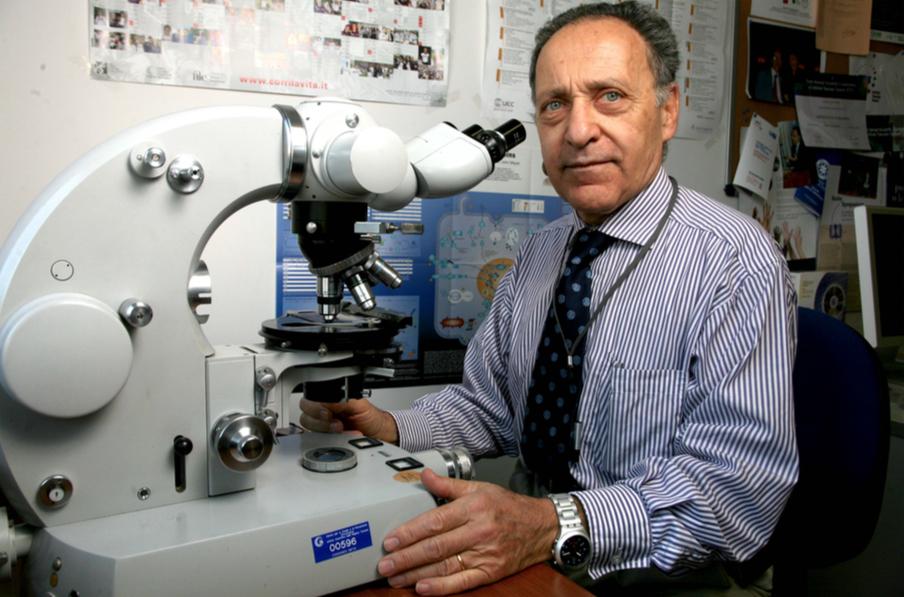 Lucio al microscopio nel laboratorio della Muhimbili University of Health and Allied Sciences