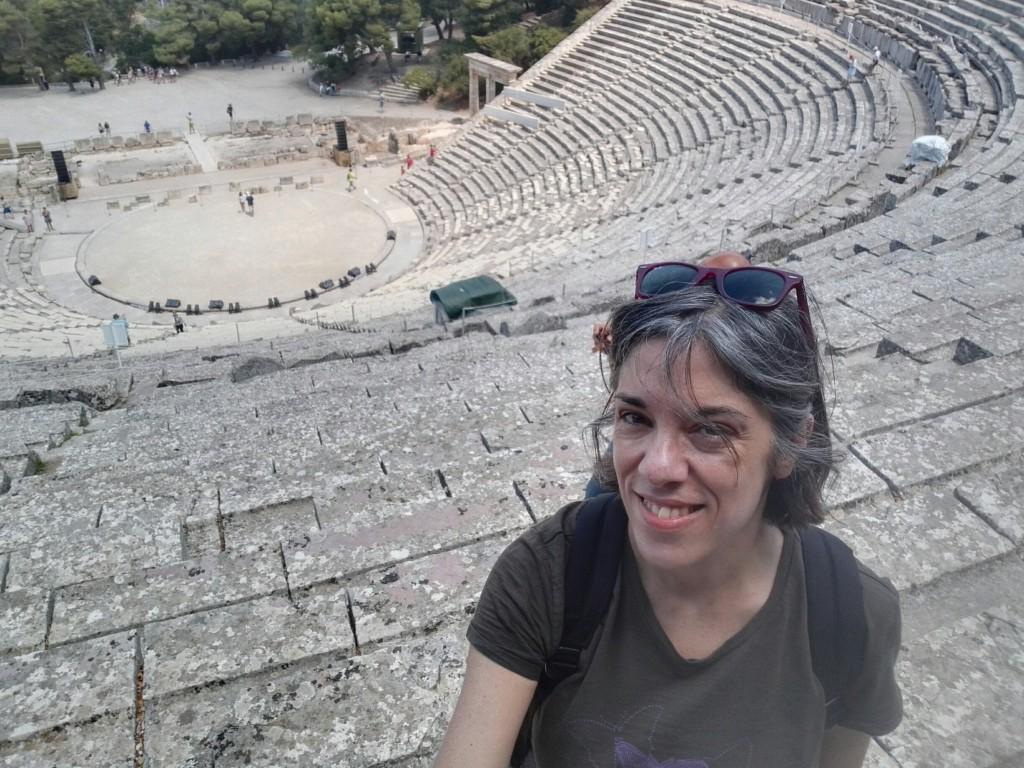 Roberta nel bellissimo teatro di Epidauro durante un viaggio in Grecia