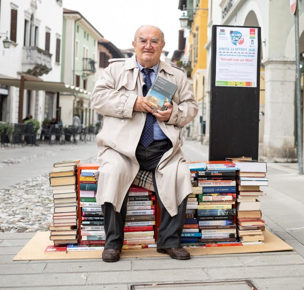 """Matteo a Spilimbergo, in piazza Garibaldi, per il """"Ritratto con un libro"""""""