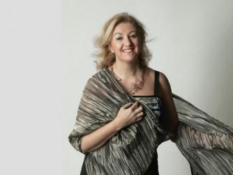 Patrizia insegna all'Arrigo Boito di Parma, vive fra Montebelluna e Bologna e viaggia molto in treno