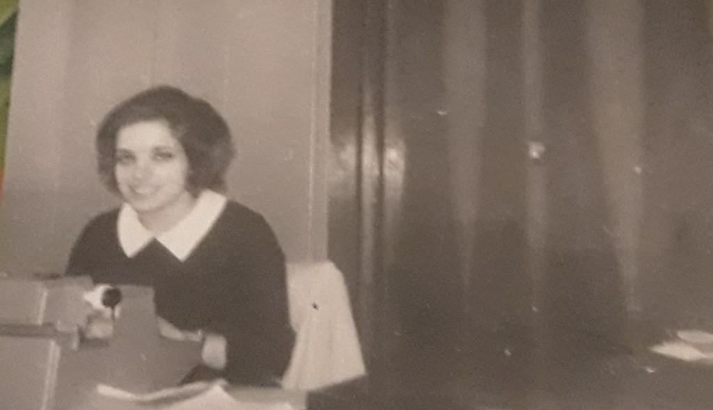 Erminia alla sua macchina da scrivere nell'ufficio della Pibigas nel 1969