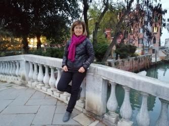 Lucia vicino a casa sua, dietro a lei il canale San Isepo