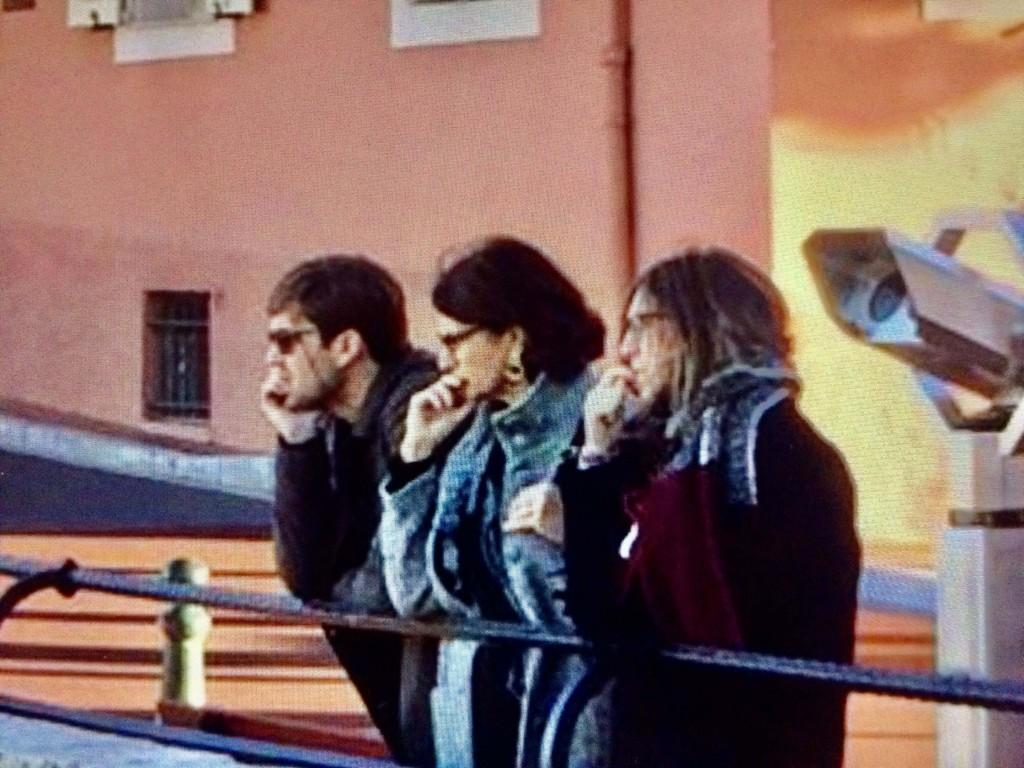 Marzia e i suoi figli Flavio e Lucrezia appaiono molto pensosi in questa foto
