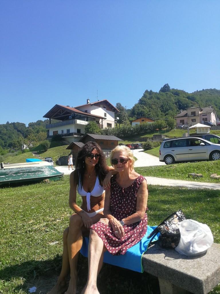 Francesca con sua madre nell'agosto scorso al Lago di Santa Croce