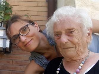 Ilaria e sua nonna Gina in una foto di prima della pandemia