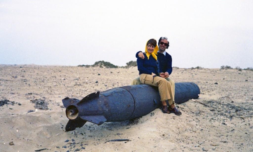 Giorgio e la moglie Gina sulla costa marmarica (30 km a Ovest di Tobruk), a cavallo della carcassa di un siluro inesploso