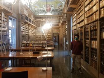 Gabriele nella biblioteca Queriniana di Brescia, un gioiello che lui spera presto di nuovo gremito di studenti