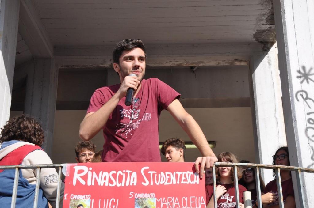 Luigi durante le elezioni scolastiche, non in tempo di pandemia, fa campagna elettorale per la sua lista