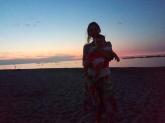 Paola al mare con sua figlia Margherita che ora ha due anni