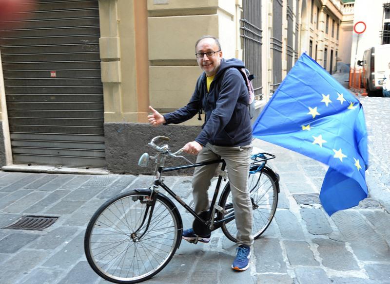 Nicola durante una marcia in bicicletta per l'Europa che si è svolta a Genova