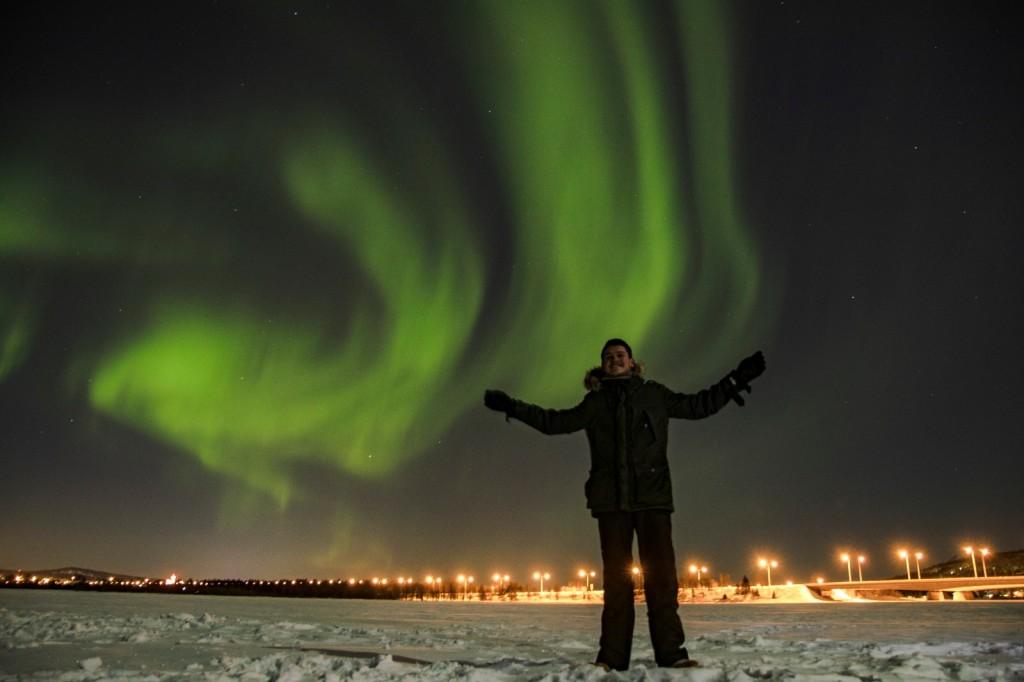 Nicolas sotto l'aurora boreale in una foto scattata a Rovaniemi durante il suo Erasmus