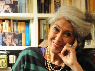 Serenella nel suo studio, sulle mensole della libreria alcune foto di Berenice