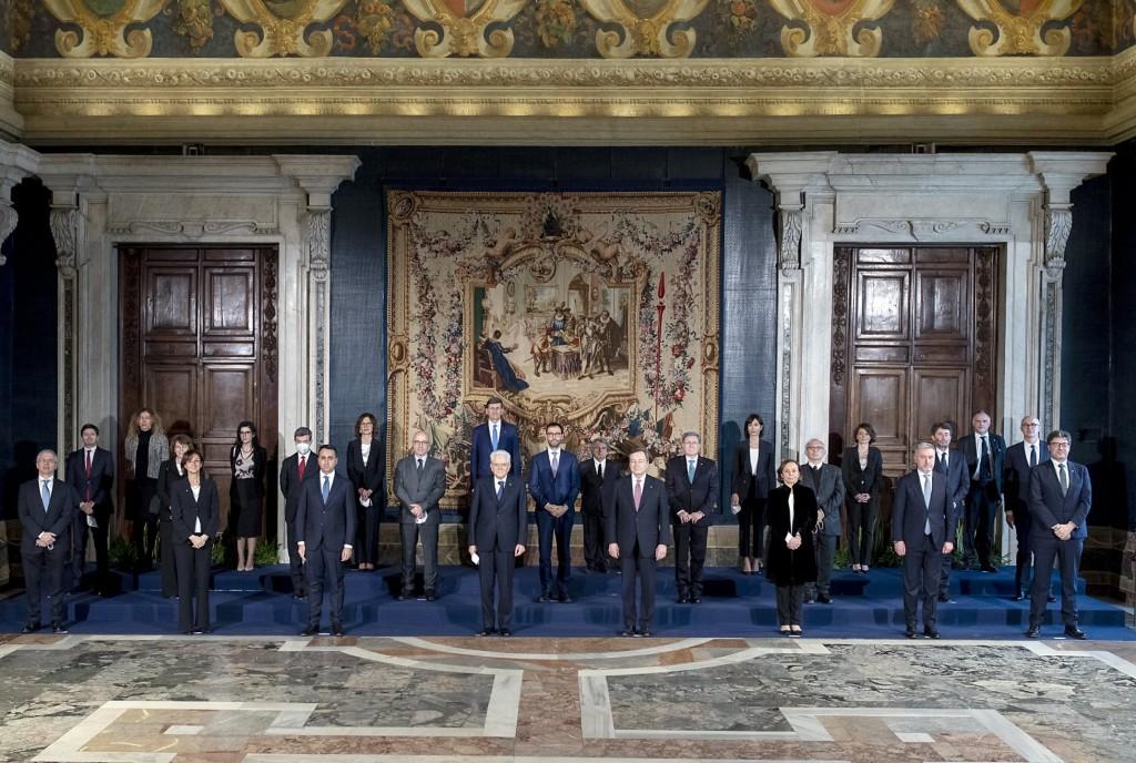 La foto ufficiale del governo Draghi scattata nel Salone dei Corazzieri davanti all'arazzo