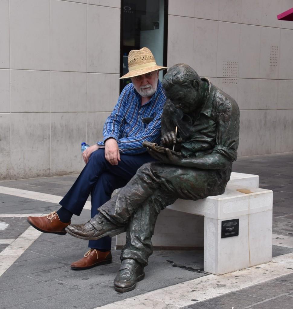Carlo a Termoli accanto alla statua di Benito Jacovitti fumettista creatore di personaggi ormai mitici come Cocco Bill
