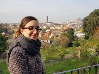 Marta in gita a Firenze posa per una foto sul Viale dei Colli