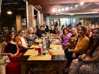 I membri del circolo in pizzeria prima delle restrizioni Covid, Valeria è sulla destra con in braccio Dafne, la mascotte