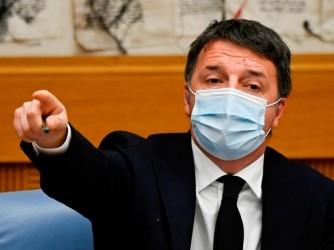 Renzi durante una conferenza stampa