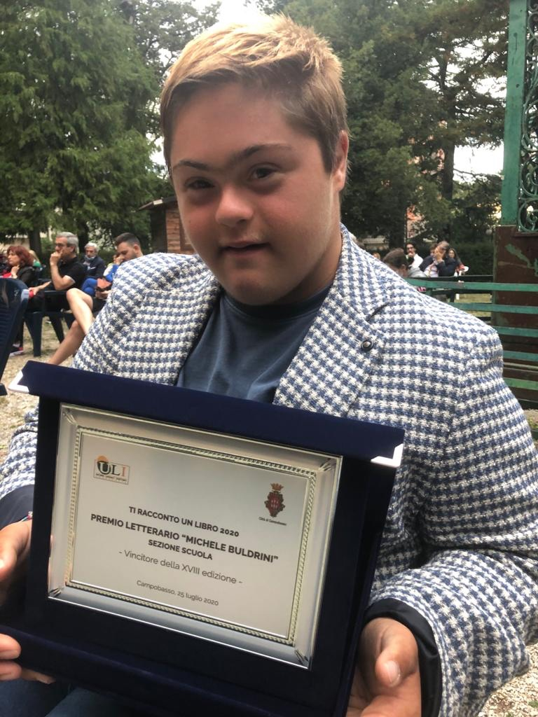 Alessio con la targa del Premio letterario Buldrini vinto l'anno scorso