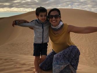 Alice felice con suo figlio Leonardo durante un viaggio