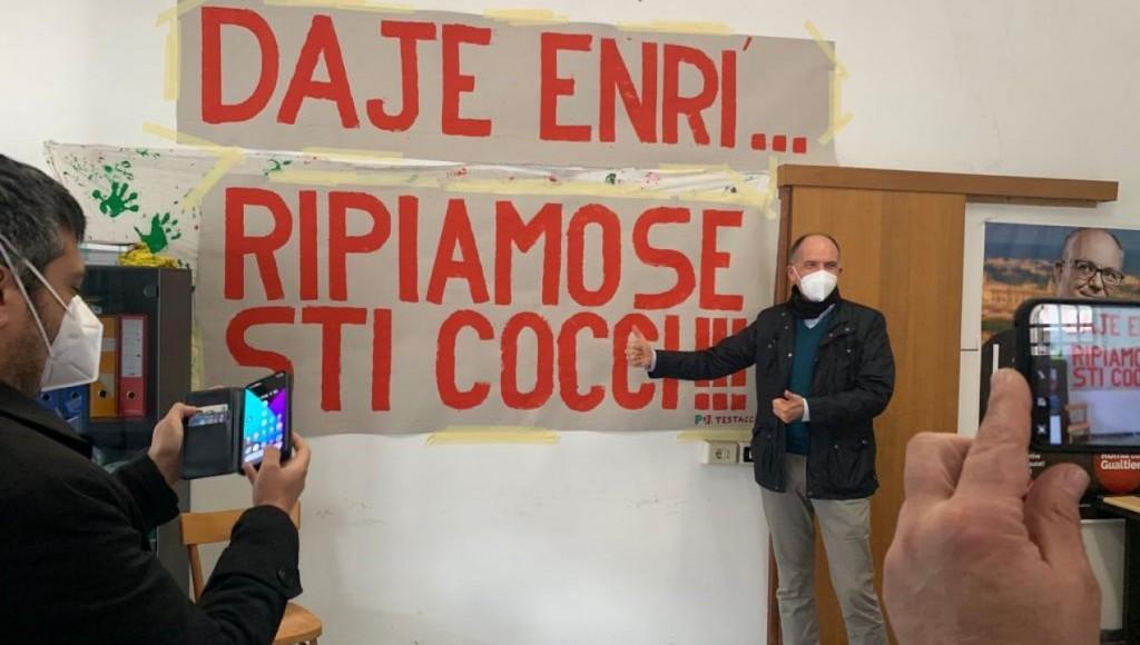 Il giorno prima di essere eletto segretario Enrico Letta ha visitato la sezione Pd di Testaccio