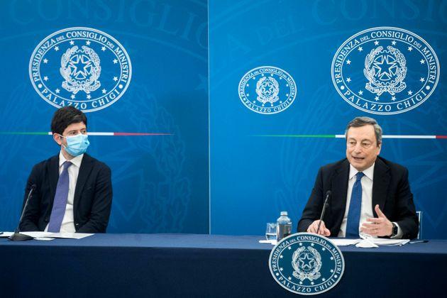 Roberto Speranza, a sinistra, e Mario Draghi durante la conferenza stampa di ieri