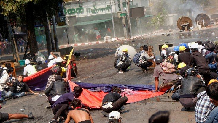 Decine di morti e feriti dopo che la polizia ha aperto il fuoco sui dimostranti usando dei cecchini
