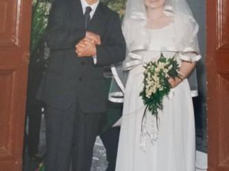 Mario accompagna Deborah all'altare. Deborah ha scritto un libro di racconti sulla sua storia: Mille scarpe da lucidare
