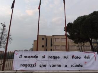 Lo striscione realizzato dai professori della scuola media di Verona