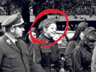 Nel cerchio, una giovanissima Angela Merkel con la divisa di giovane socialista della Ddr