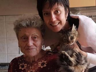 Elena con la sua mamma e il loro gatto
