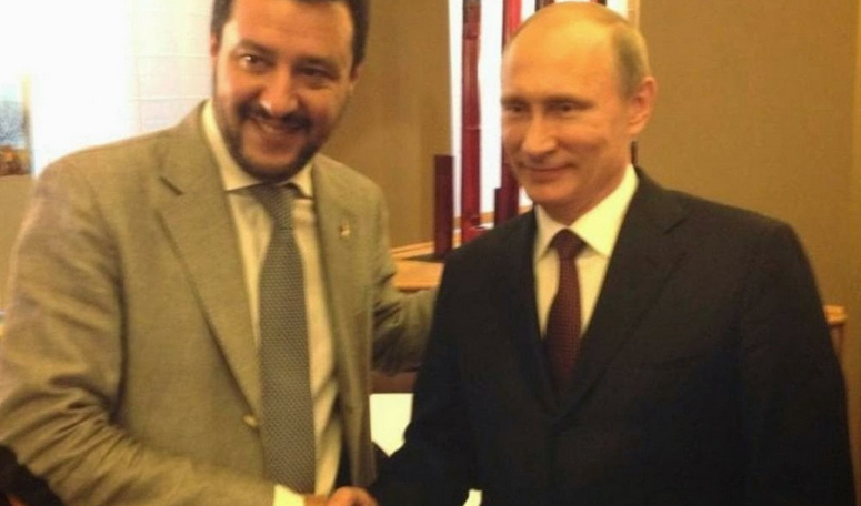 Matteo Salvini stringe la mano a Vladimir Putin