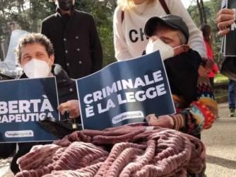 Walter De Benedetto (al centro) durante una protesta dopo il rinvio a giudizio