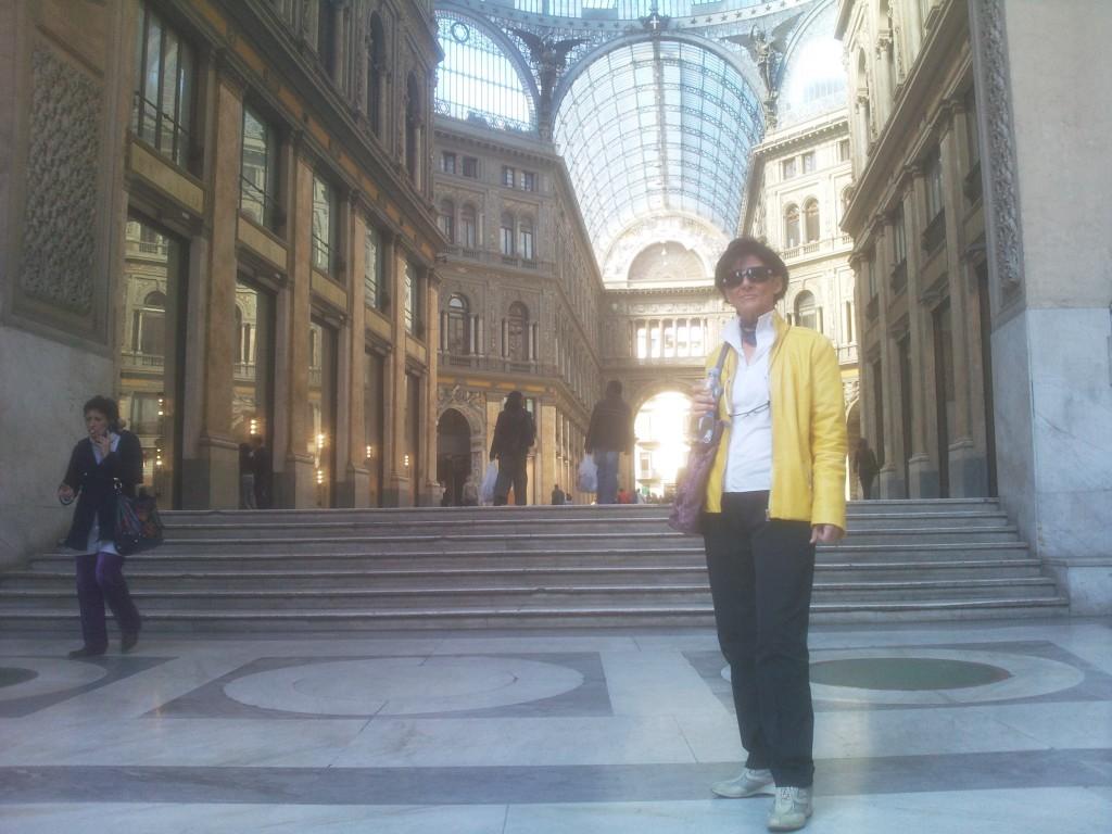 Foto ricordo alla Galleria Umberto per Antonietta in gita a Napoli