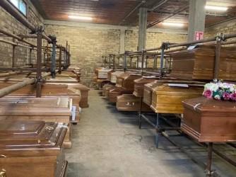 Bare in attesa della cremazione in un cimitero romano, la situazione si sta facendo complicata