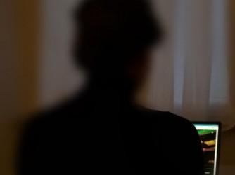 Dora davanti al suo computer