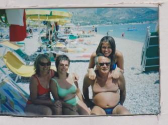 Giovanni al mare con  la moglie e  le figlie Fidelia e Volodia